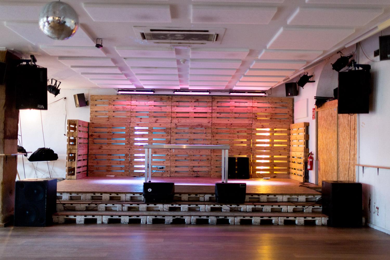 Escenario hecho con palets en la Sala de conciertos Dabadaba en Donostia