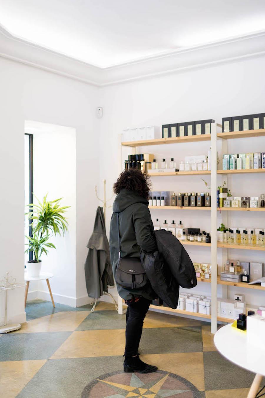 Una cliente observa los perfumes en Hunky Dory Laboratory en San Sebastián
