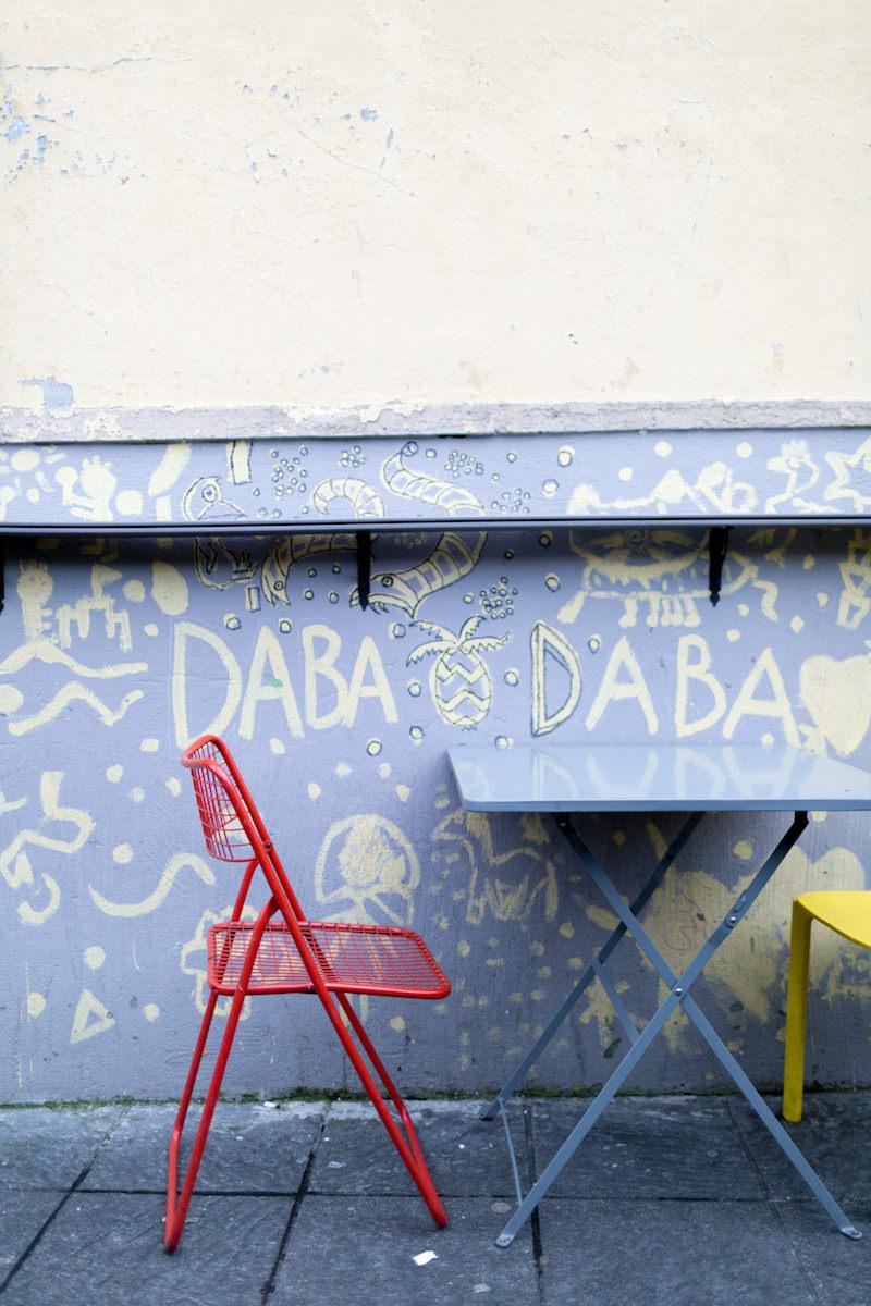 Las sillas de colores de la terraza del Dababa