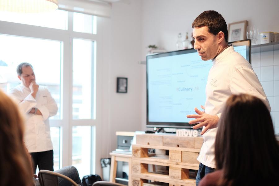 Iñigo Cojo, cocinero investigador del Basque Culinary Centre explicando los entresijos de la institución