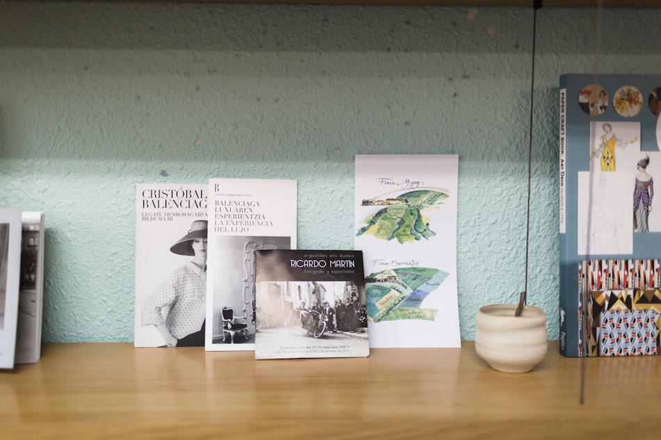 Detalles de la decoración de Hiruki Studio junto al folleto de la exposición de Ricardo Martín que organizaron