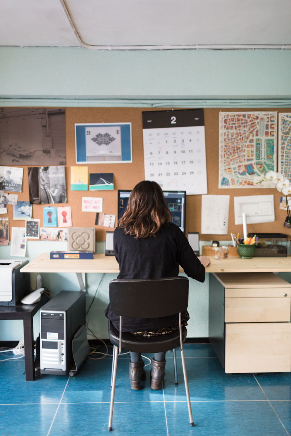 Lorea, arquitecta y museógrafa, en su mesa de trabajo en Hiruki Studio