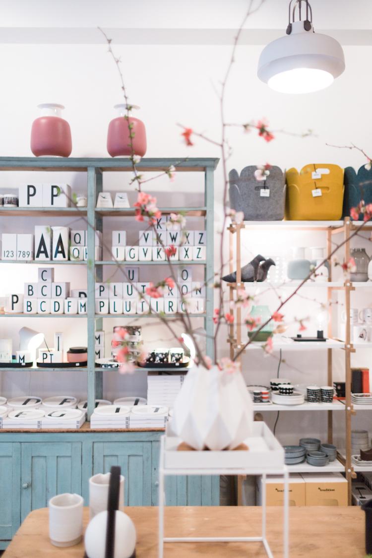 Jarrones, velas aromáticas y objetos diferentes que podemos encontrar en la tienda de decoración Kado