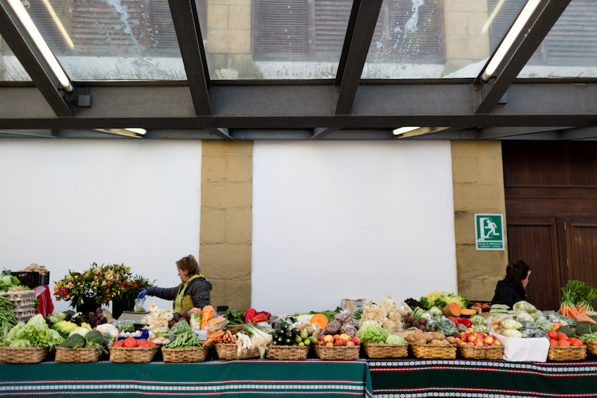 Los puestos del mercado tradicional de la Bretxa