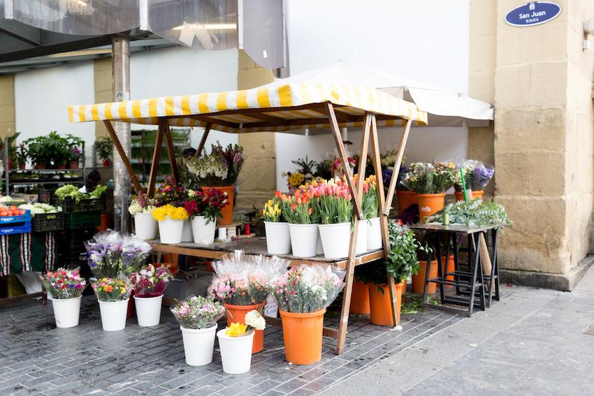 El puesto de flores en el mercado tradicional de la Bretxa