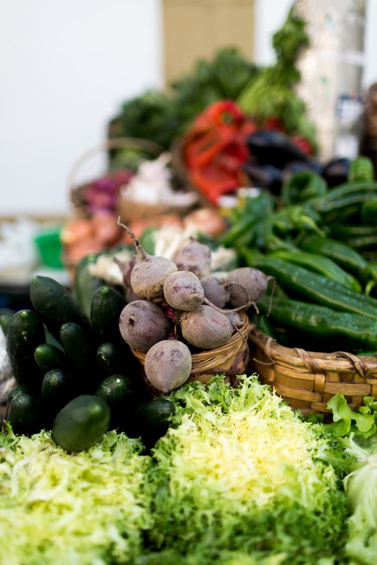 Verduras traidas de los caserios de alrededor al mercado de la Bretxa